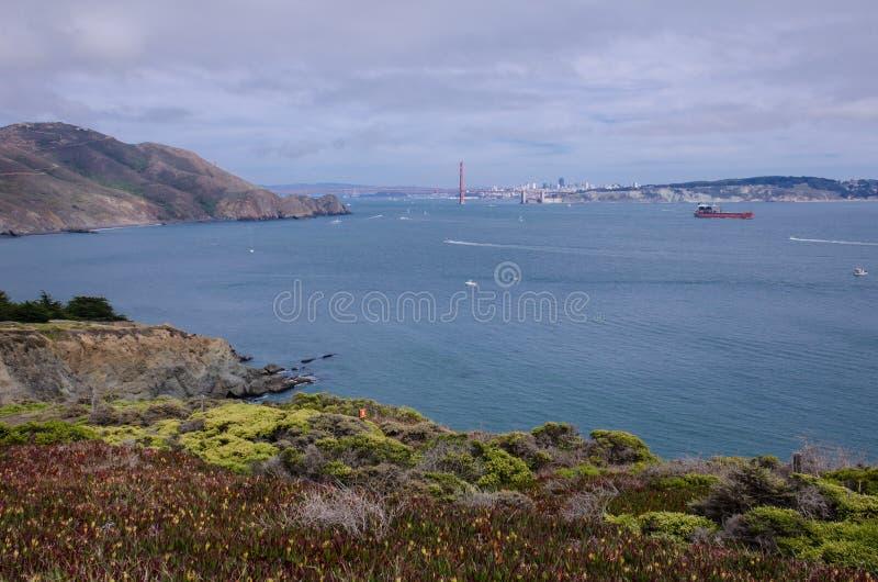 Weitwinkelansicht Golden gate bridges in San Francisco, wie von Marin Headlands gesehen stockfotografie