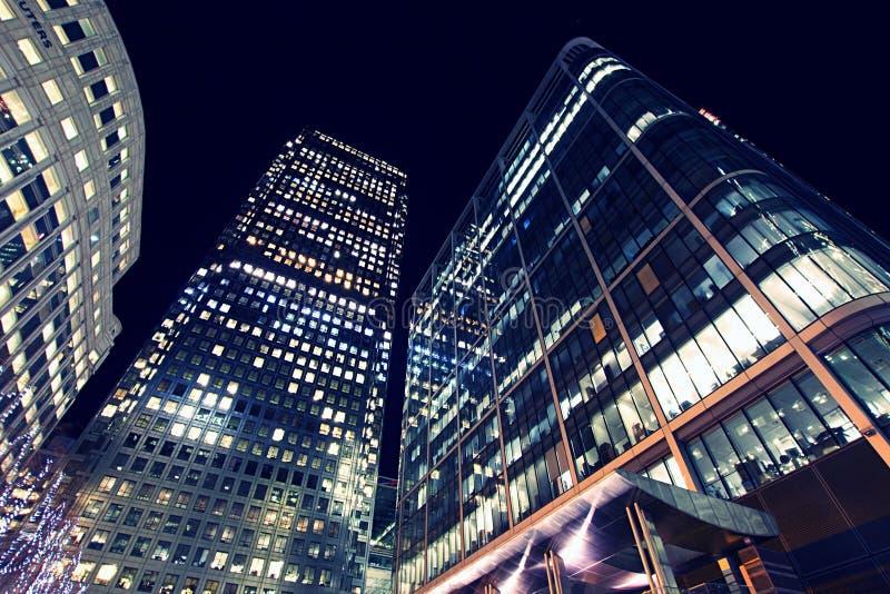 Weitwinkelansicht von Wolkenkratzern in Canary Wharf, Finanzbezirk, nachts stockfoto
