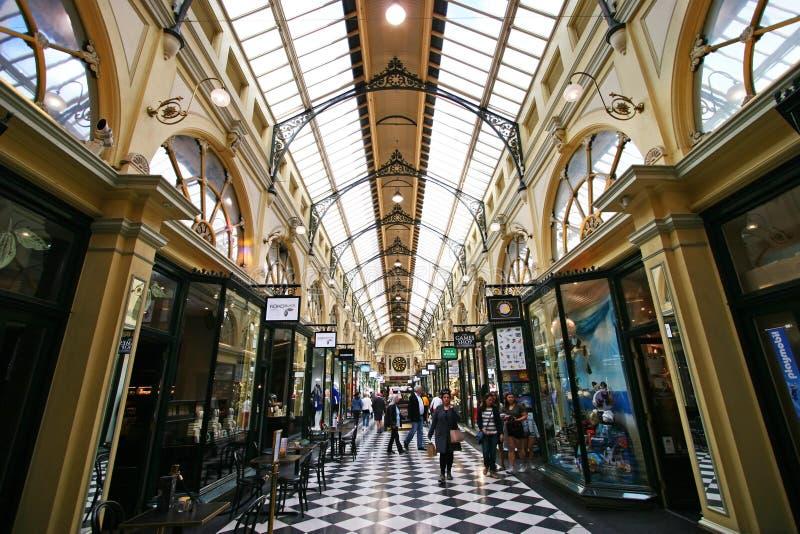 Weitwinkelinnenperspektive des dekorativen viktorianischen Einkaufszentrumatriums des historischen königlichen Säulengangs in Mel lizenzfreies stockbild