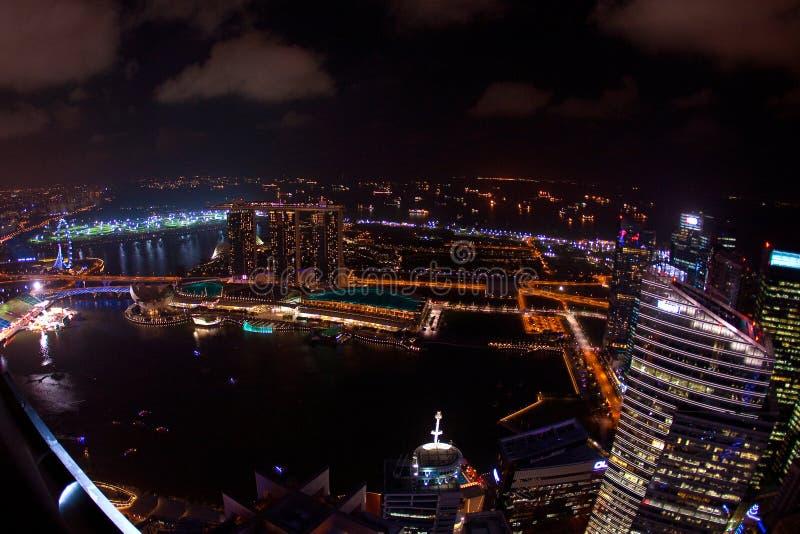 Weitwinkelnachtzeitvogelperspektive von Singapur-Stadtskylinen stockbilder