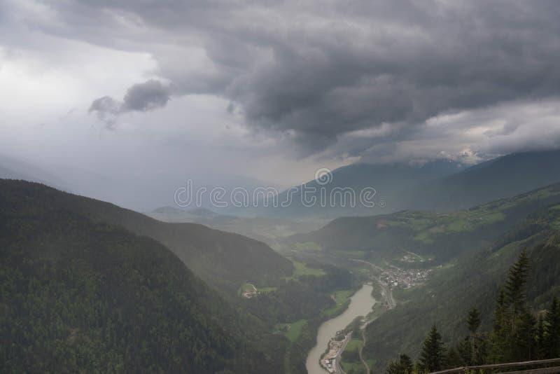 Weitwinkelpanoramafoto von Dolomitbergen, Italien stockfotos