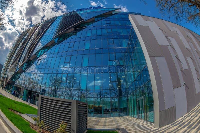 Weitwinkelschuß futuristischen NOKIA-Bürogebäudes in Timisoara stockbilder