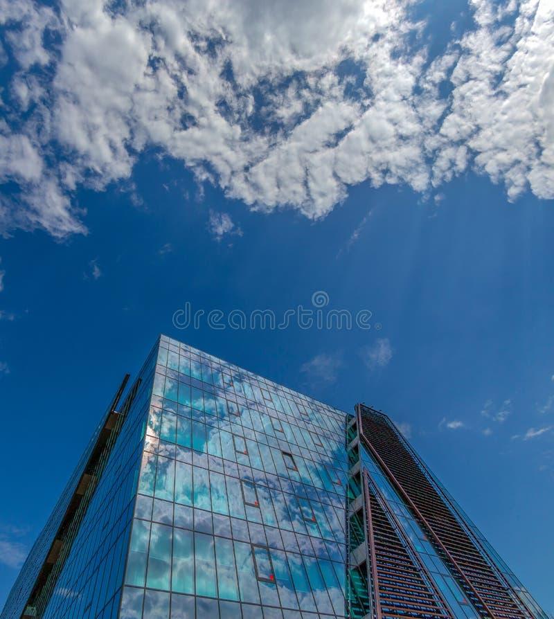 Weitwinkelschuß futuristischen NOKIA-Bürogebäudes in Timisoara stockfotografie