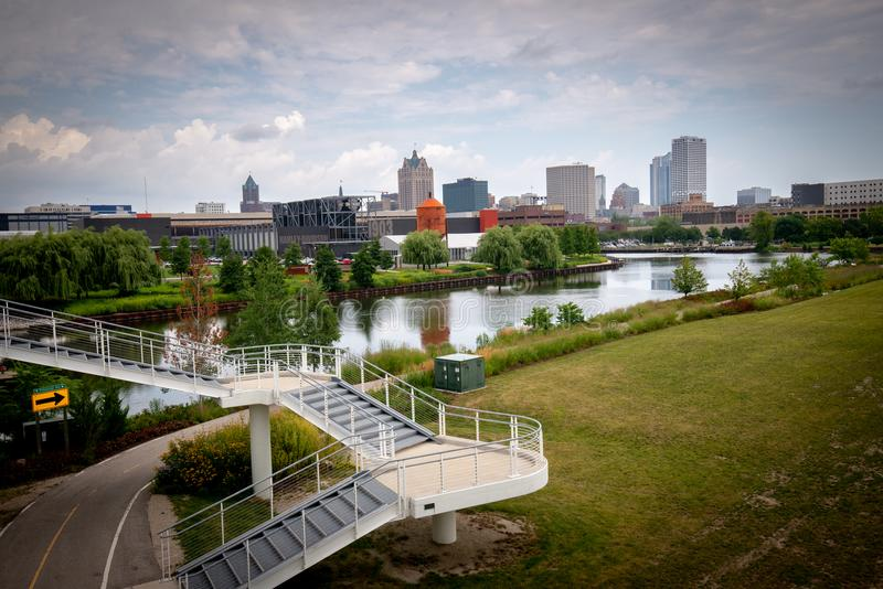 Weitwinkelskyline von Milwaukee Wisconsin stockfotos