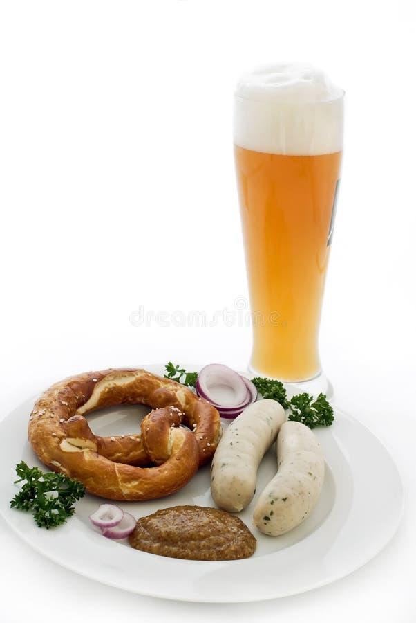 Weizen-Bier mit Weisswurst stockfotografie