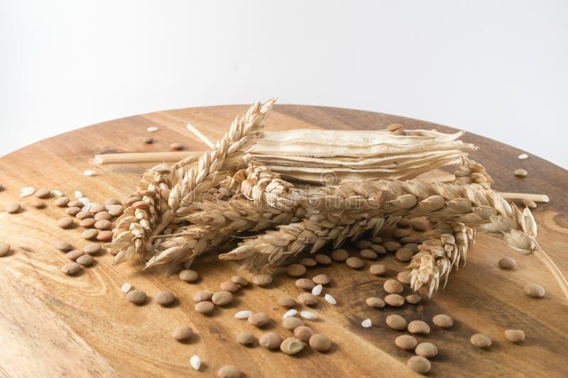 Weizen mit Getreide auf Holztisch stockfotografie