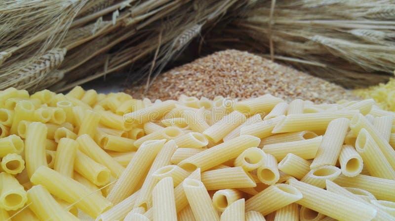 Weizen und Teigwaren in einer Tabelle stockfotos