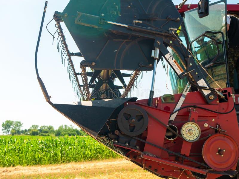 Weizenernte im Sommer Rote Ernteerträge vor Ort Erntezeit für landwirtschaftliche Maschinen mit Goldener Reifenernte lizenzfreie stockfotos