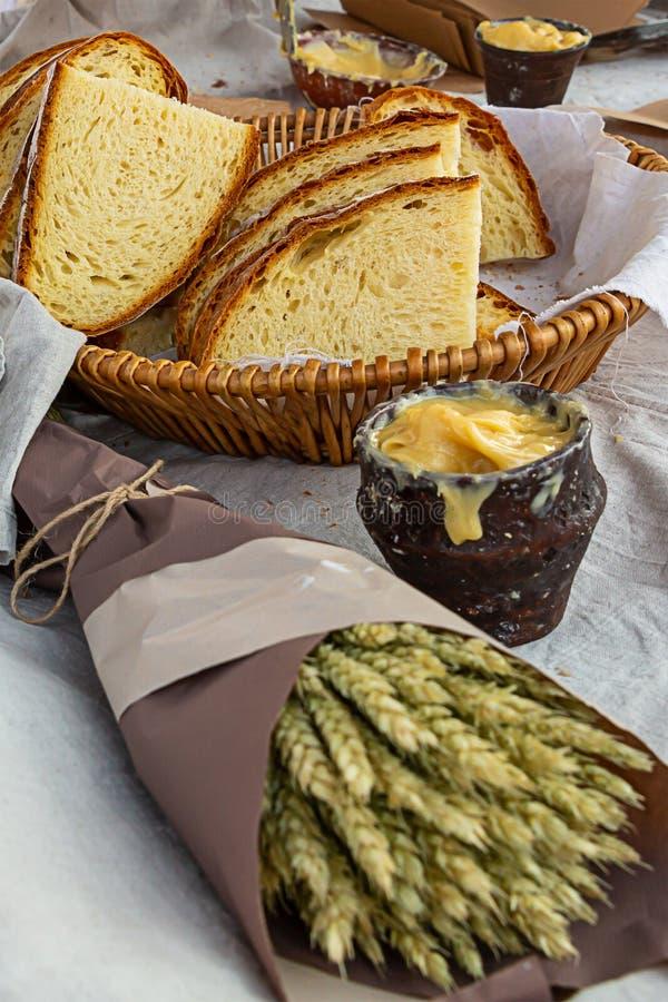 Weizenkornbündelkraftpapiers des Ohrmais Topf-Honighintergrund vollen Vollkornbrots rustikalen köstlicher neuer gebackener stockfotografie