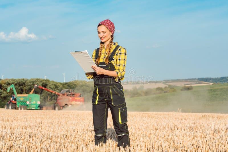 Weizenlandwirte, die Buchhaltung über die laufende Ernte betreiben lizenzfreie stockfotos