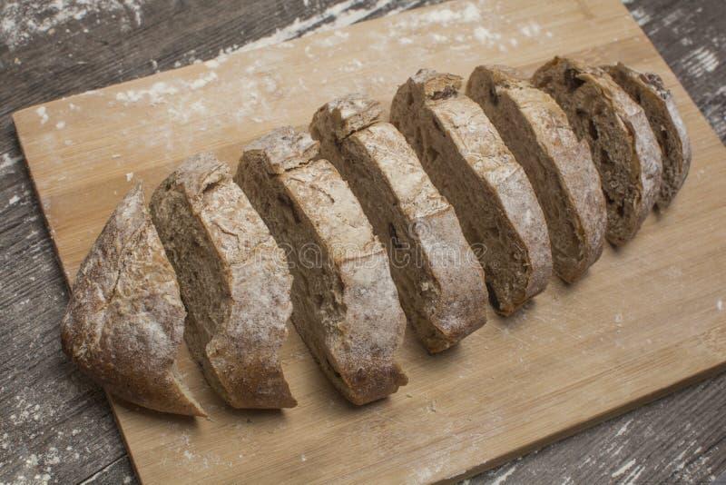 Weizenmehl mit einem frischen Brot cutted in Scheiben lizenzfreie stockfotografie