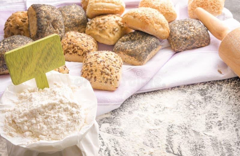 Weizenmehl mit Fahne und Brot lizenzfreie stockfotos
