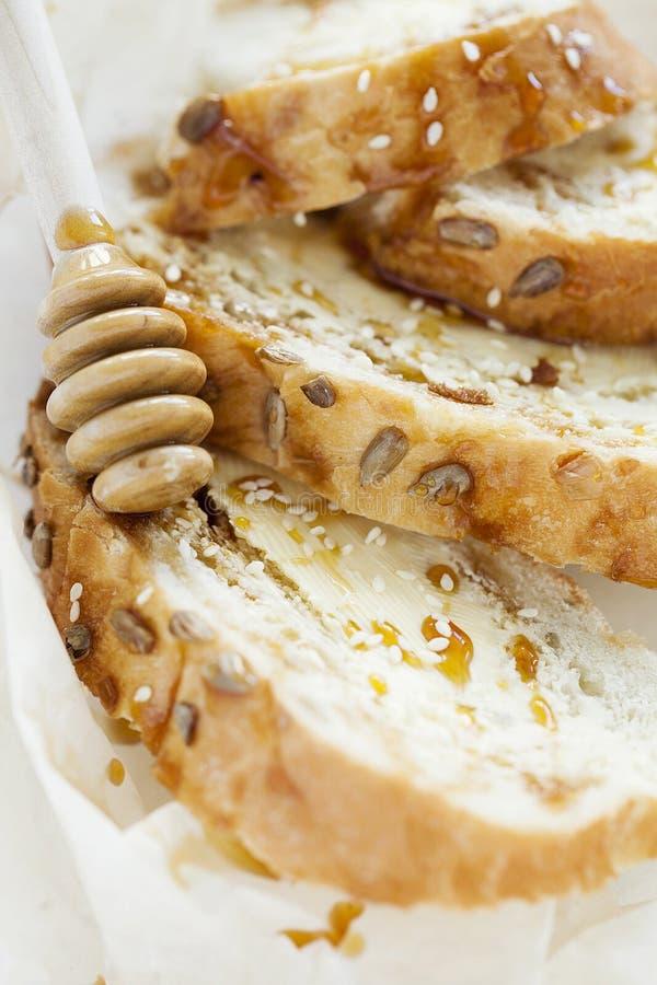 Weizentoast zum Frühstück mit Butter und Honig auf weißem Hintergrund nahaufnahme lizenzfreies stockfoto