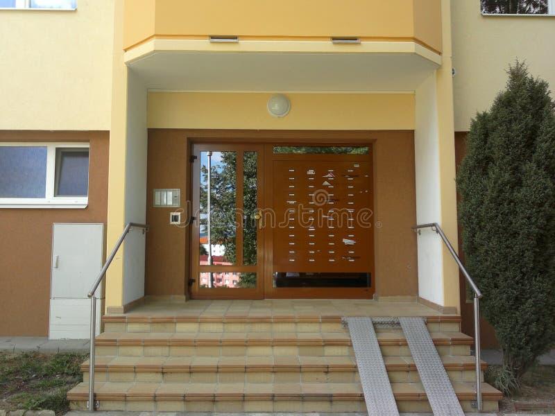 Wejście blok mieszkalny z skrzynkami pocztowymi, dzwonami i rampą dla pram, zdjęcia stock
