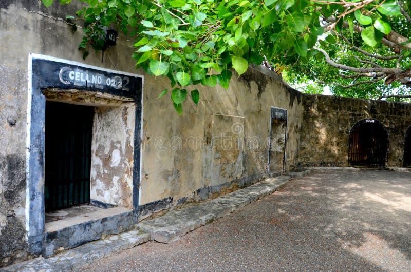 Wejście z znakiem więzienie komórka w podwórzu przy fortu Hammerhiel hotelem w kurorcie Jaffna Sri Lanka zdjęcia stock