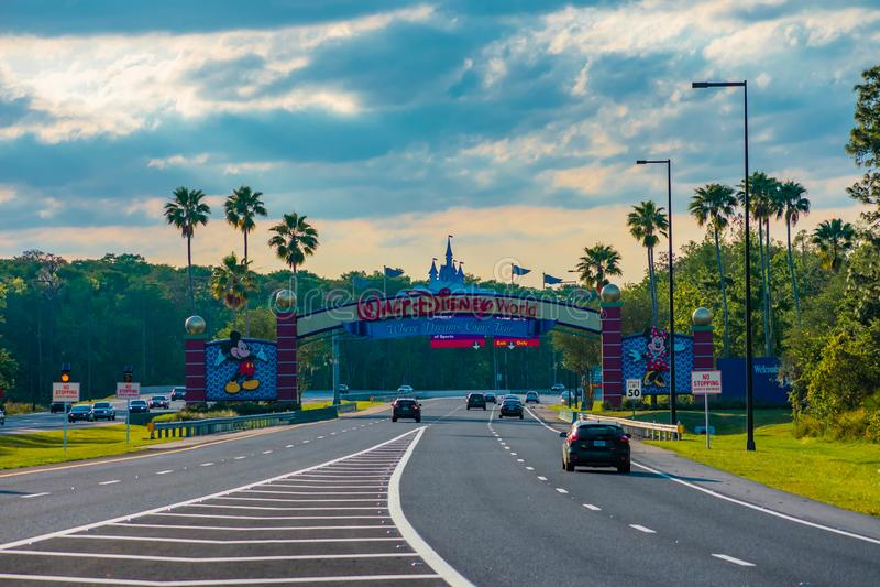 Wejście łuk Walt Disney World parki tematyczni na pięknym zmierzchu tle przy Jeziornym Buena Vista terenem zdjęcia royalty free