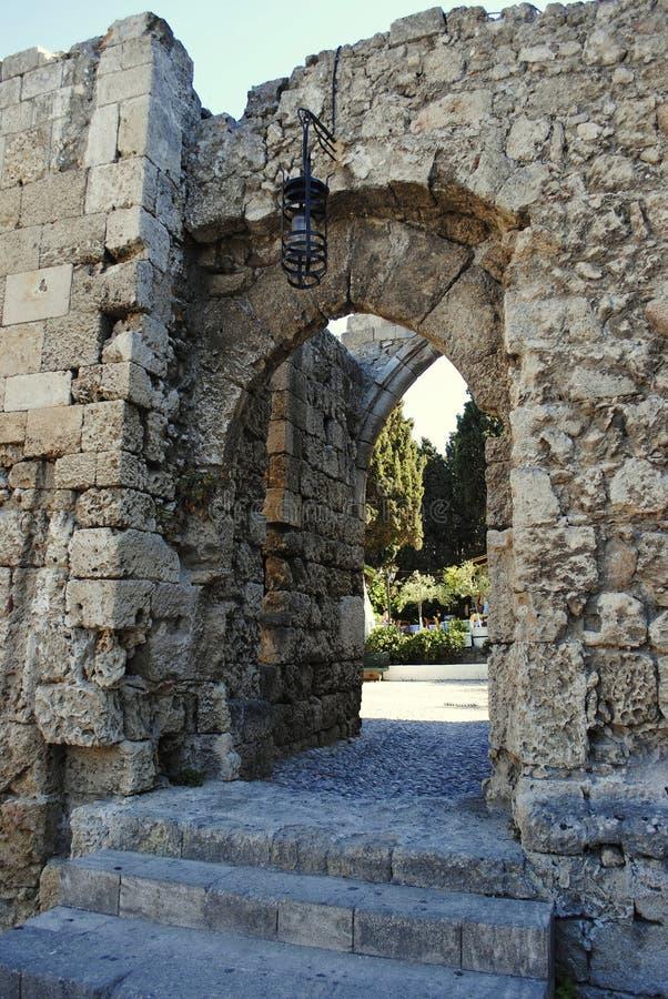 Wejście średniowieczne ściany w miasto parku na wyspie Rhodes w Grecja zdjęcie stock
