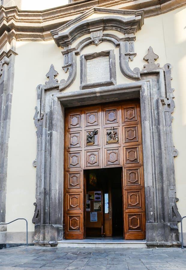 Wejście Chiesa dei Santi Ciro e Giovanni Vico Equense obrazy stock