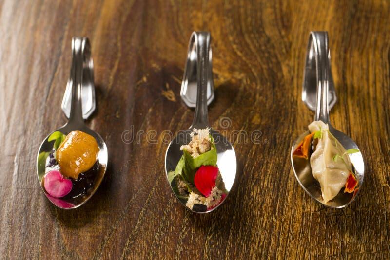 Wejście, danie główne i deser palcowy jedzenie w łyżce, obrazy royalty free