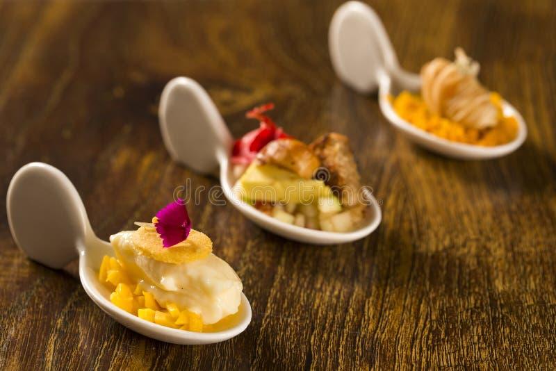 Wejście, danie główne i deser palcowy jedzenie w łyżce, fotografia stock
