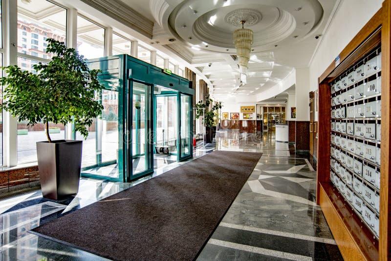 Wejście do budynku mieszkalnego z indywidualnym projektem i nowoczesną renowacją Wjazdy i windy zdjęcia royalty free