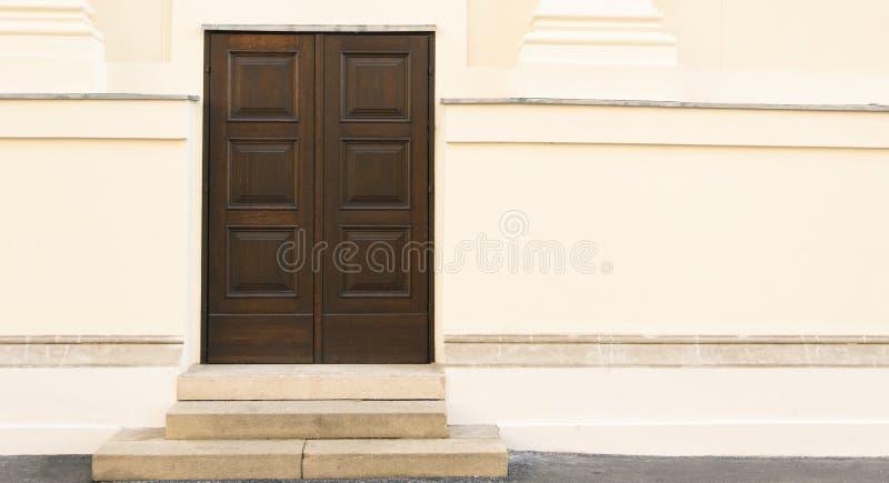 Wejście drzwi drewniane ze schodami na ścianie betonowej ganek minimalizm zewnętrzny tło tapeta wzór na zewnątrz tył ulicy fotografia royalty free