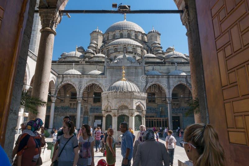 Wejście Istanbuł Nowy Meczetowy podwórze z ludźmi obrazy royalty free