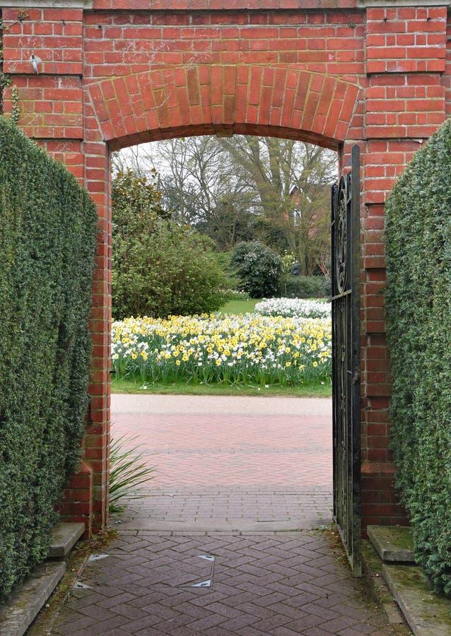 wejście kwiaty bramy wiosny vista obraz royalty free