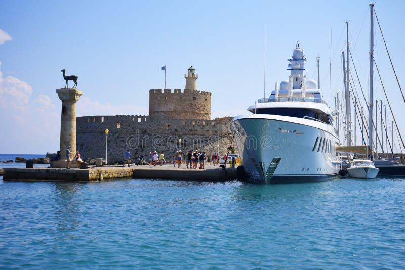 Wejście Mandraki schronienie na wyspie Rhodes obrazy royalty free