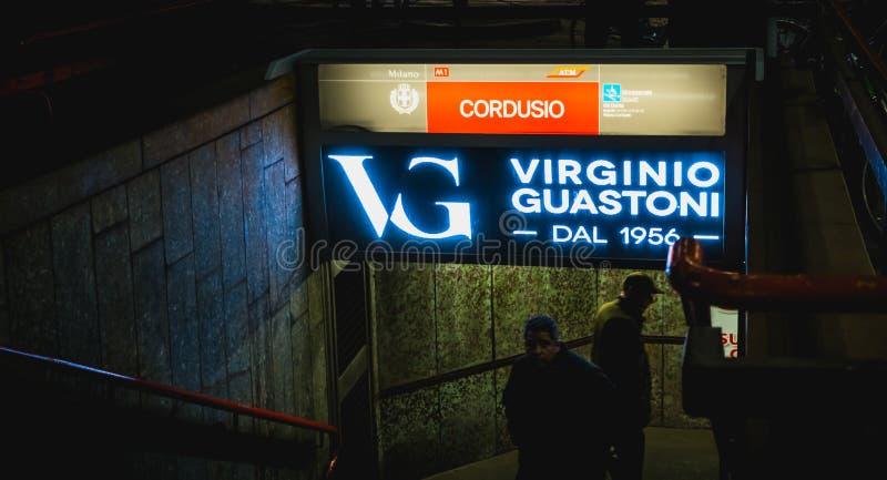 Wejście metro stacja metra przy nocą w Mediolan zdjęcie royalty free