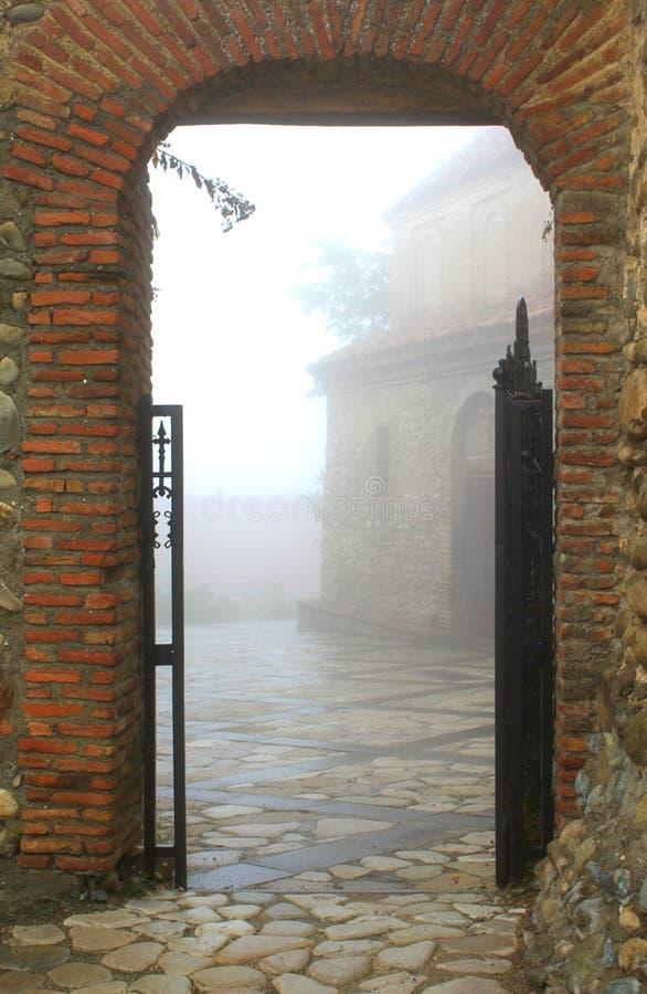 wejście mgłowy miasteczko zdjęcia royalty free