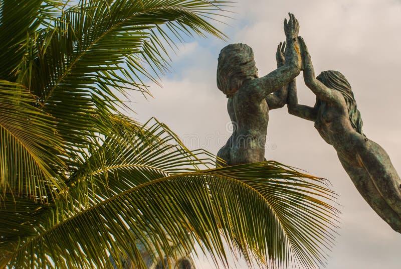 Wejście plaża w playa del carmen, Meksyk Riviera majowie Rzeźba mężczyzna i kobieta w postaci łuku na plecy obraz royalty free