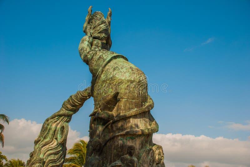 Wejście plaża w playa del carmen, Meksyk Riviera majowie Rzeźba mężczyzna i kobiety ` s łączyć ręki zdjęcie stock
