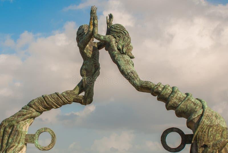 Wejście plaża w playa del carmen, Meksyk Riviera majowie Rzeźba mężczyzna i kobiety ` s łączyć ręki zdjęcia royalty free