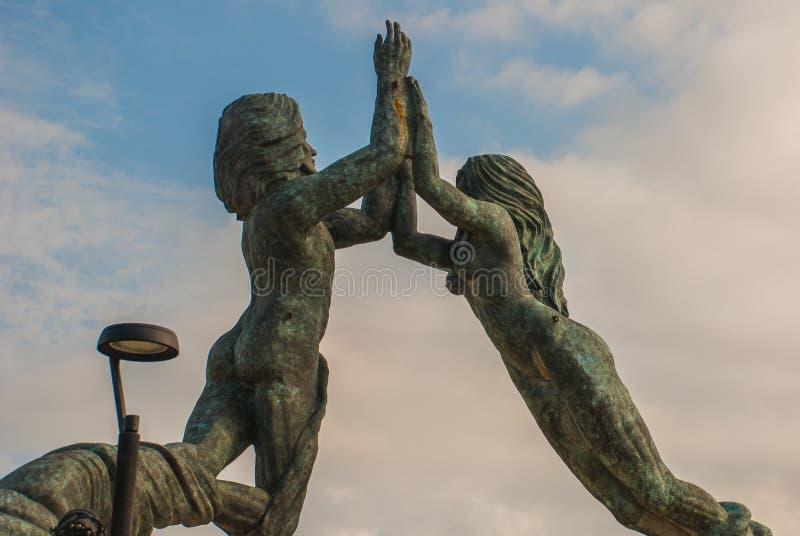 Wejście plaża w playa del carmen, Meksyk Riviera majowie Rzeźba mężczyzna i kobiety ` s łączyć ręki obrazy stock
