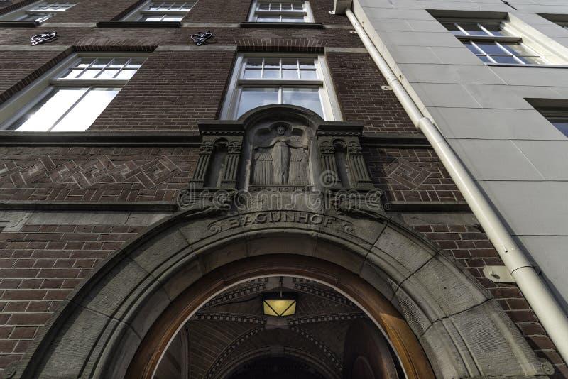 Wejście podwórze dokąd lokalizuje Angielski kościół w Begijnhof w Amsterdam holandiach Wrzesień 2017 zdjęcie stock