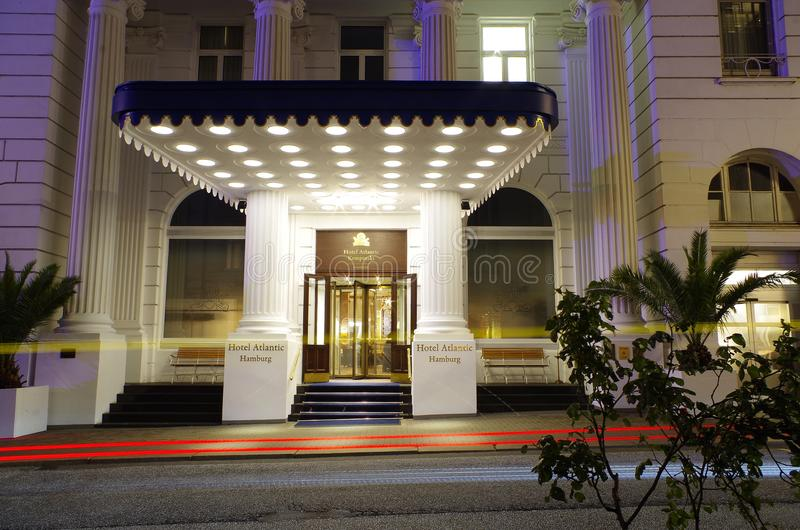Wejście prestiżowy Hotelowy Atlantyk w Hamburskim Niemcy Europa z stronami przy nocą fotografia royalty free