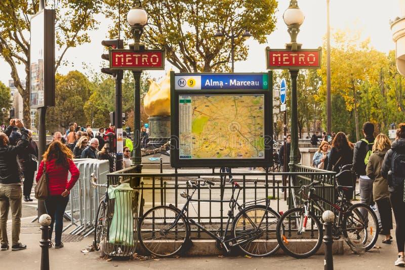 Wejście stacja metru Alma, Marceau - obrazy stock