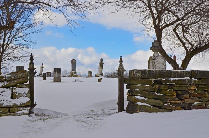 Wejście stary Amish cmentarz zakrywający w śniegu zdjęcia royalty free