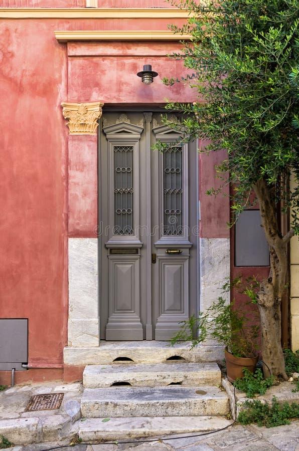 Wejście stary neoklasyczny budynek w Mets sąsiedztwie, Ateny, Grecja obrazy royalty free