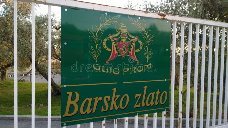 Wejście terytorium produkcja sławny oliwa z oliwek Barsko Zlato w Montenegro fotografia stock