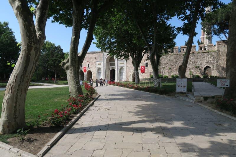 Wejście Topkapi pałac park blisko Hagia Sophia w Istanbuł, Turcja fotografia stock