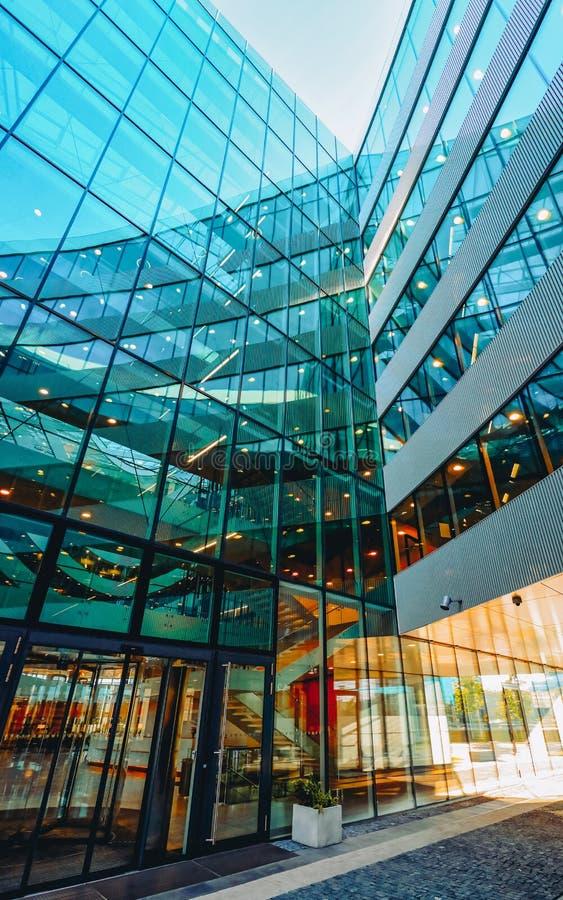 Wejście UE do architektury komercyjnej nowoczesnego drapacza ze szkła stalowego obrazy stock