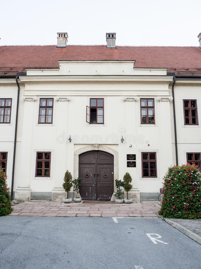Wejście w budynek rząd miasta Slavonski Broda, Chorwacja zdjęcie stock