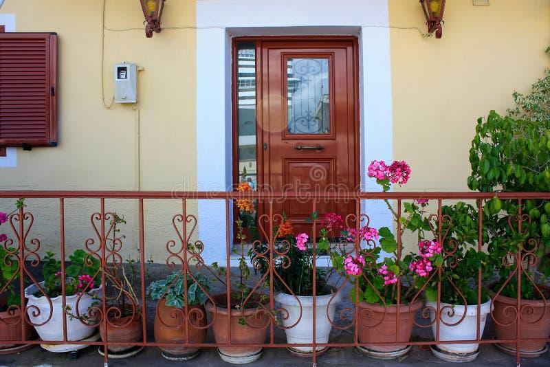 Wejście w domu dekorującym z roślinami i kwiatami na garnkach zdjęcie stock