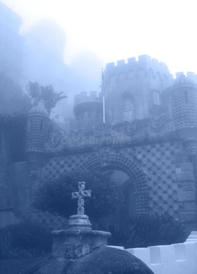 Wejście w pałac Pena w tajemniczej mgle, Portugalia, Sintra fotografia stock
