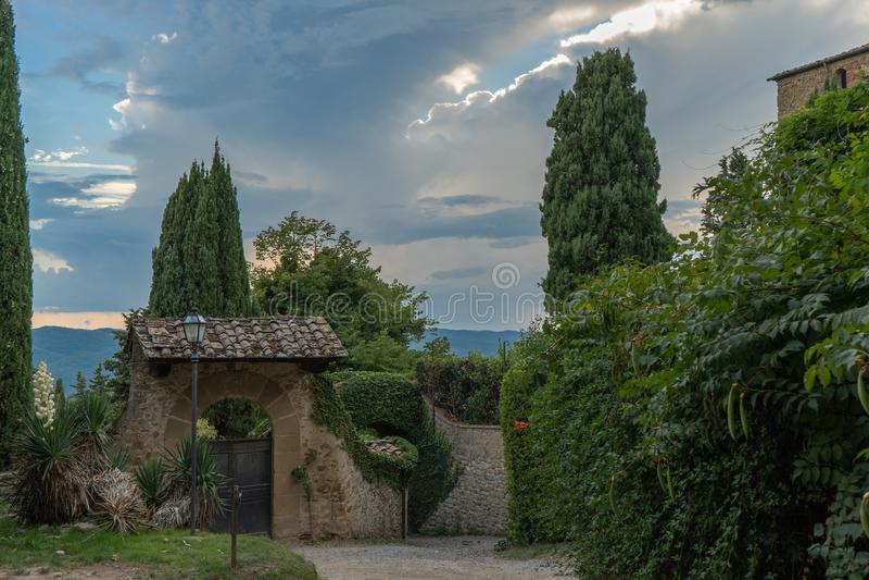 Wejście willa wewnątrz w małej wiosce średniowieczny początek Volpaia, Tuscany, Włochy obraz royalty free