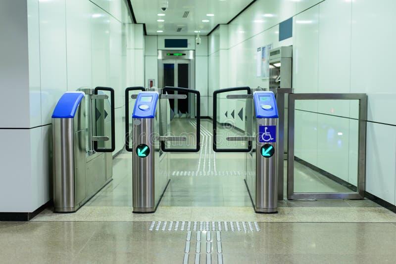 Wejście winda stacja kolejowa dla kaleki zdjęcia royalty free