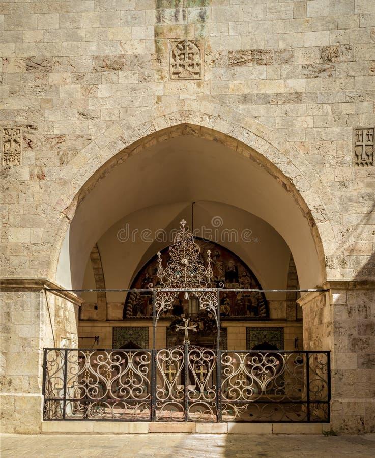 Wejście z dekoracyjną kratownicą, katedra święty James w Jerozolima obraz stock