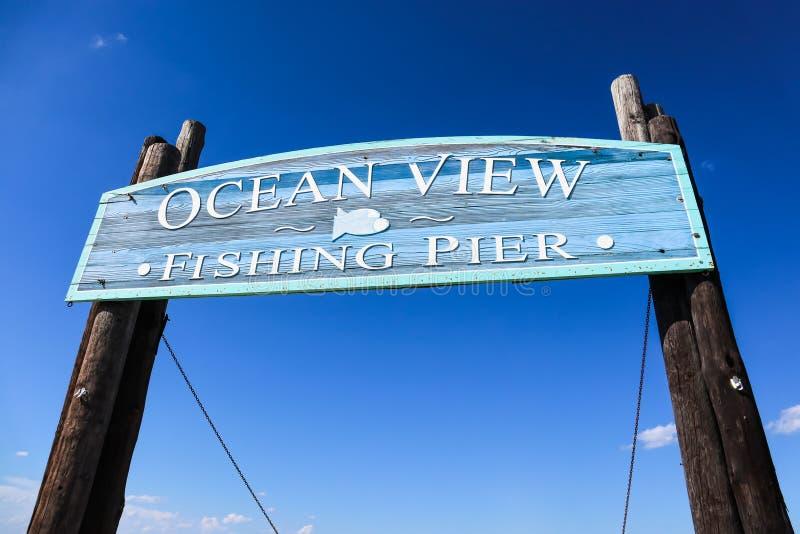 Wejście znak widoku na ocean połowu molo w Norfolk, VA zdjęcia stock